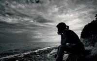 Mensagem do dia 13 de Março sobre a razão e a ação - pessoa sentada numa pedra pensando
